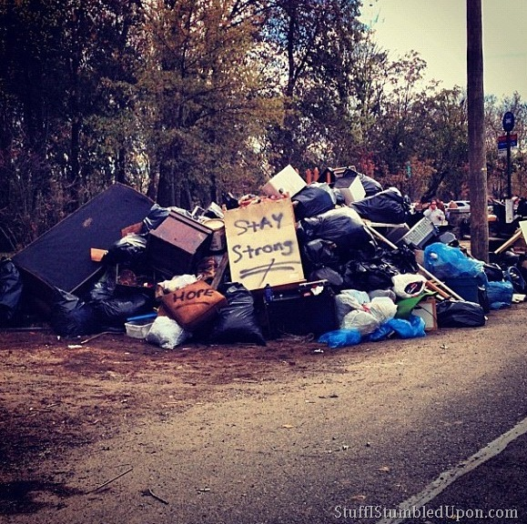 hurricane-sandy-photos-pics-new-york-city-staten-island-cleanup-trash-helping-people-16