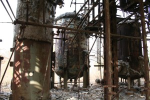 Deteriorating section of the MIC plant, decades after the gas leak. Autore: Luca Frediani. Utilizzo in Wikipedia autorizzato dall'autore. CC BY-SA 2.0.