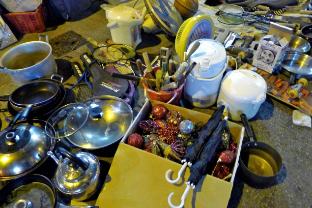 Image 2: An eclectic frenzy of second-hand goods are on offer such as Christmas ornaments, pots and pans, racquets, carpenter tools, umbrellas, and much, much more (photo courtesy of author).