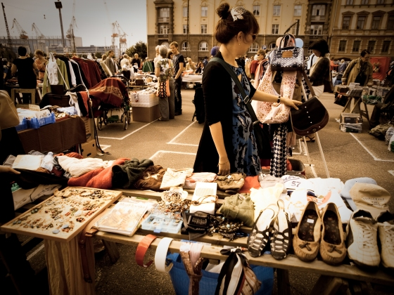 Jinyoung selling her old stuff at the Hietalahdintori flea market.